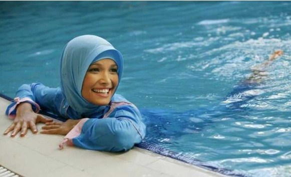 Muslims swim clothes on (2)